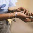 Hoe maak je een outfit af met sieraden